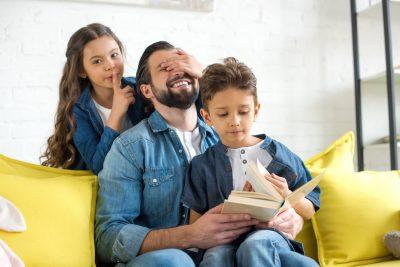אבא משחק עם ילדיו